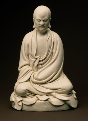 Foto: figura de Bodhidharma, Dinastía Ming (1368–1644), siglo 17 China. Porcelana.
