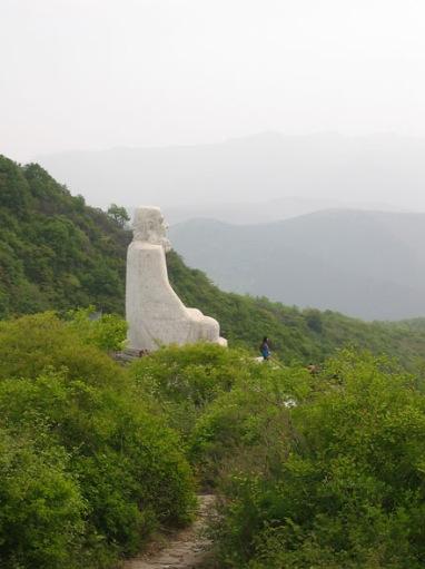 Foto: La cueva se encuentra justo debajo de la estatua gigante en la cima de la montaña